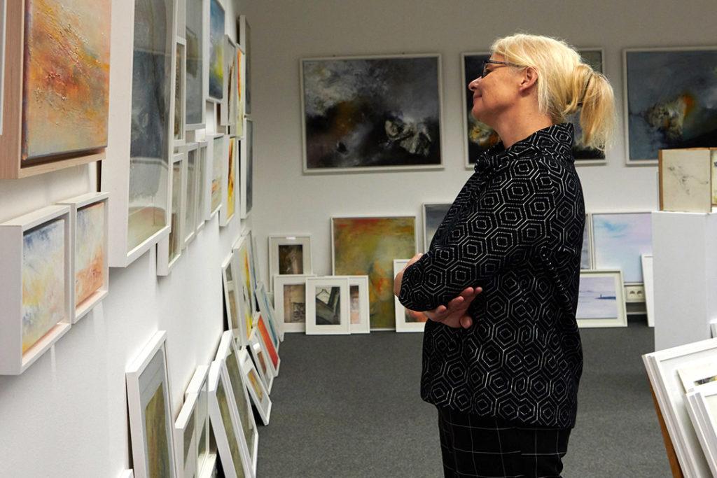 kunstreiche Kunst erleben. Künstlerin in Galerie. Fotografin: Susanne Mölle