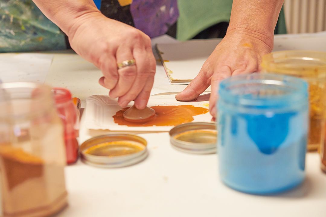 Kreativität ist Lebensmittelpunkt: Dagmar Reiche beim Farbe anrühren