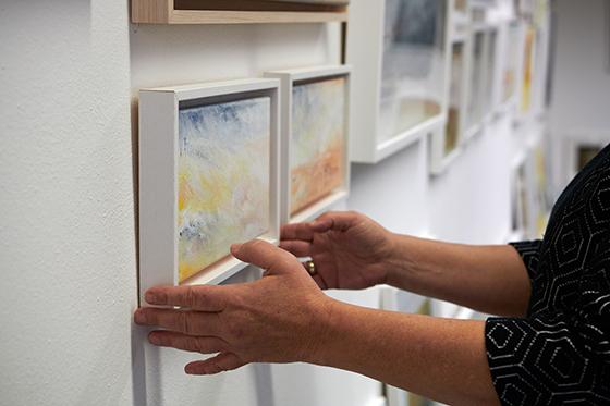 Kleine Kunst hat viele Vorteile beim Aufhängen. Dagmar Reiche vor zwei kleinen Landschaften in ihrer Galerie.