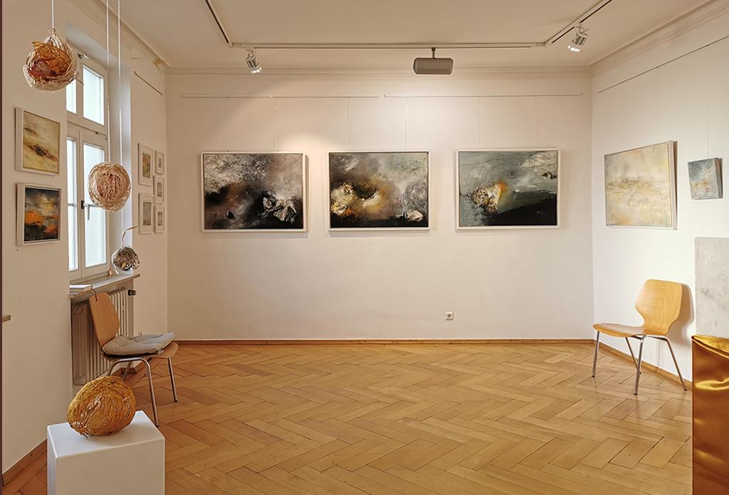 Ausstellungsraum in der Städtischen Galerie Tettnang. Kunst zu kaufen geht aber auch online. Bilder von Dagmar Reiche